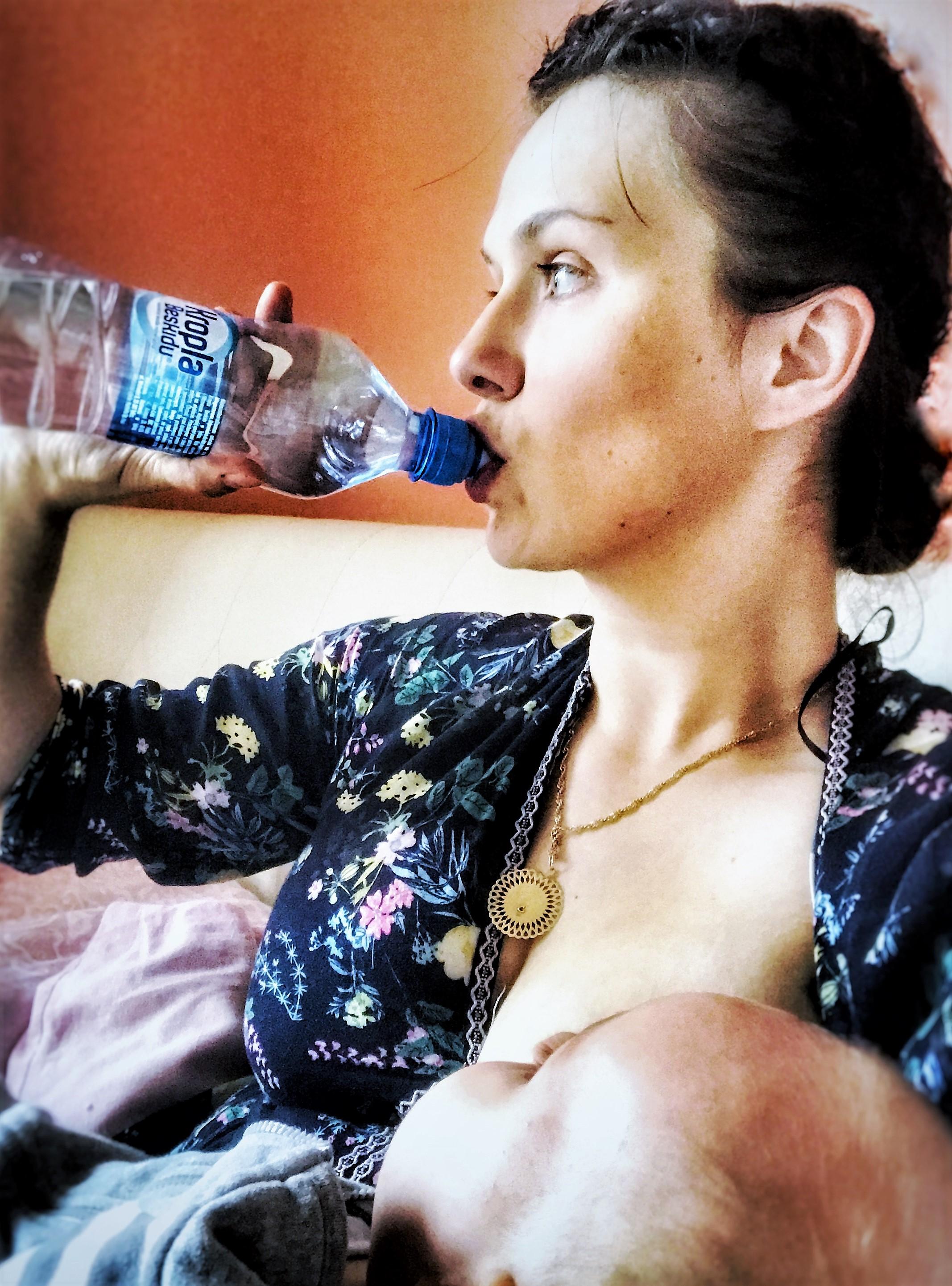 5 najlepszych sposobów, jak pić więcej wody