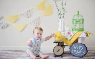 Dziecko przy Wielkanocnym stole